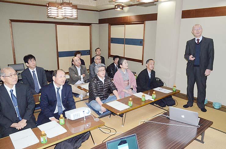 射水市商工会飲食サービス部会の会合で、いみずボンマルシェの概要を説明する林部会長(右)