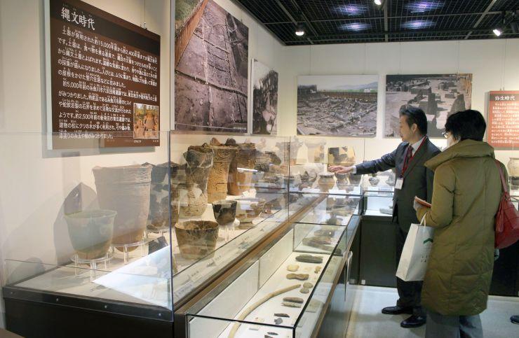 展示内容をリニューアルした県埋蔵文化財センター常設展示室=25日、新潟市秋葉区