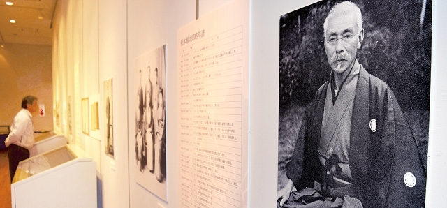 夏目漱石の恩師松本源太郎(手前)をはじめとする松本家歴代当主の資料を集めた新収蔵品展=1月25日、福井県越前市武生公会堂記念館