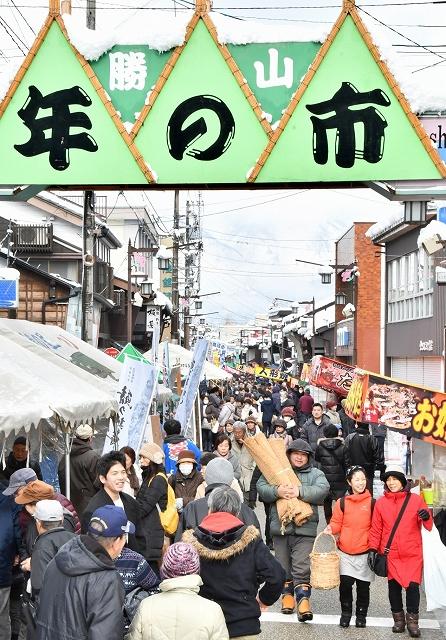 木工品や伝統食などを求め、多くの人でにぎわった勝山年の市=1月27日、福井県勝山市本町2丁目