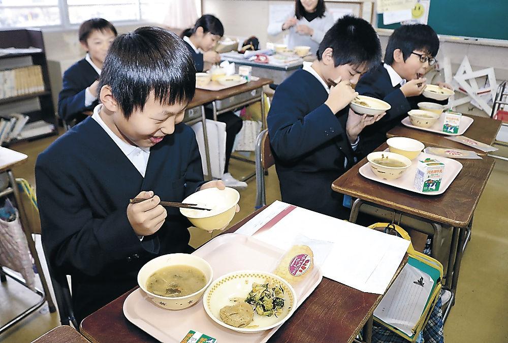 金沢春菊を使った給食を味わう児童=米泉小