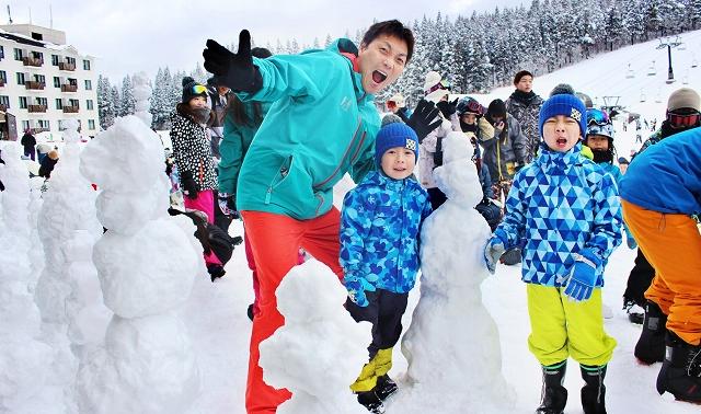 雪だるまを作り、サバンナの八木さん(中央)と喜ぶ地元の子どもたち=1月27日、福井県勝山市のスキージャム勝山