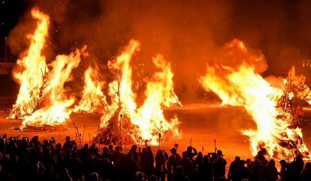 勝山左義長まつりのフィナーレは炎が夜空を焦がし、勝山に春を呼ぶ。