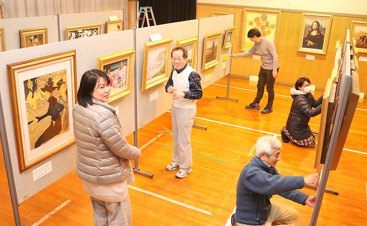 オープンに向けて絵の展示作業を進める関係者