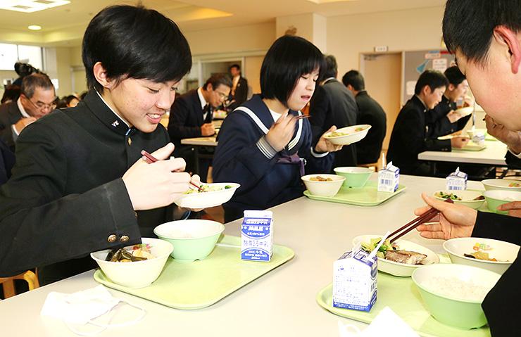 寒ぶりの塩こうじ焼きなどの給食を楽しむ生徒