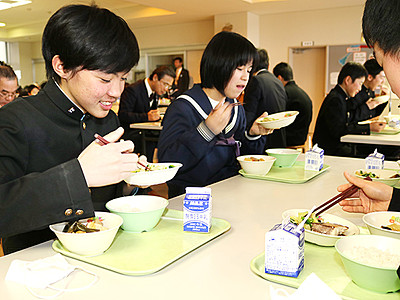 寒ぶり給食「おいしい」 氷見の全小中学校