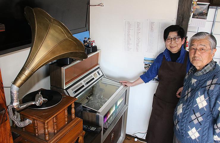 蓄音機やジュークボックスを紹介する水井さん夫婦