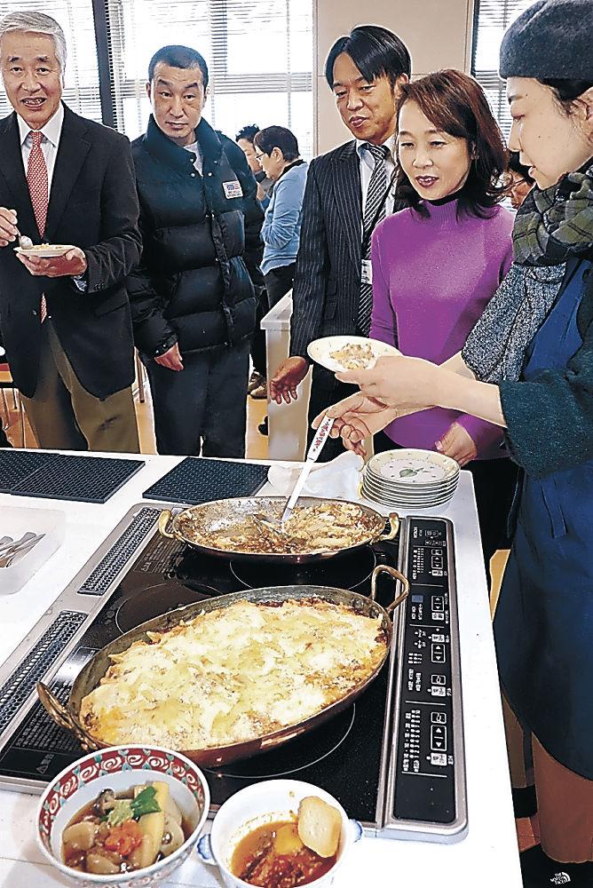 ジビエ料理を試食する参加者=小松市第一地区コミュニティセンター