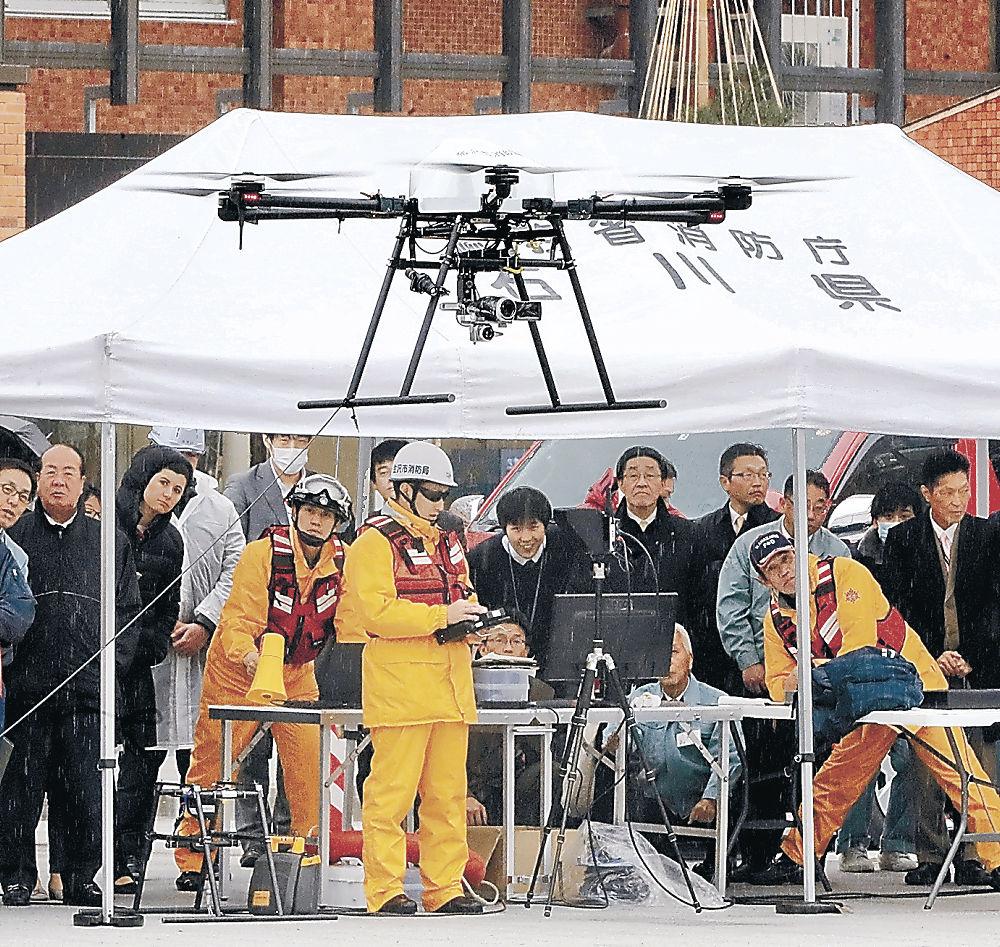 運用を前に公開された消防活動用ドローンのデモ飛行=金沢市役所庁舎前広場