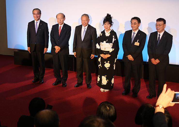 完成試写会に訪れた(左から)能澤黒部市副市長、石井知事、吉田取締役、室井滋さん、村椿魚津市長、吉崎会長