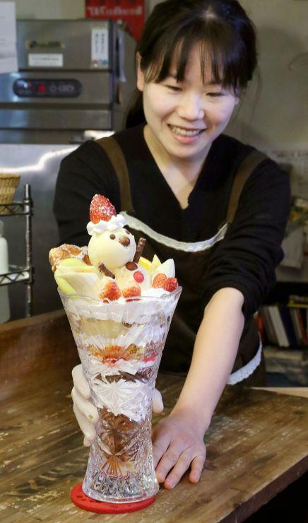 「喫茶あじさい」が提供する雪だるまフルーツプリンアラモードガチ盛りパフェ