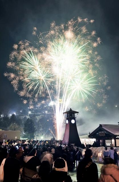 花火が城下町を照らした昨年の「越前おおの冬物語」=2018年2月、福井県大野市明倫町
