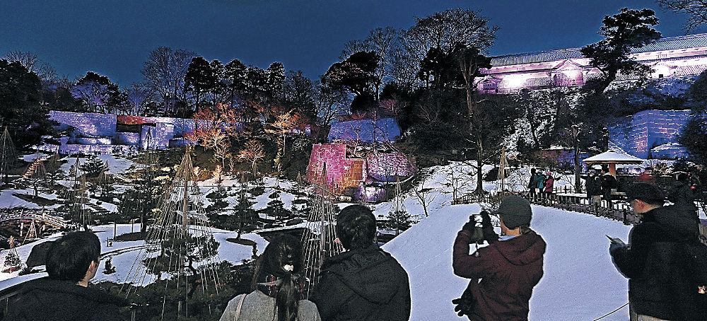 音楽を聞きながらライトアップを楽しむ来場者=金沢城公園玉泉院丸庭園