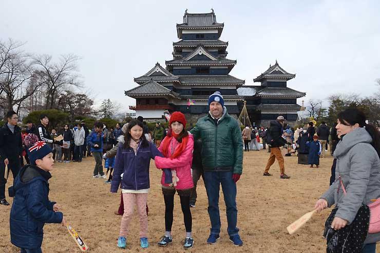 外国人観光客が多く訪れる松本城公園=1月3日