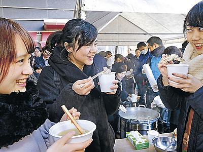 旬の味覚、熱々の鍋で 金沢・近江町、3千食提供