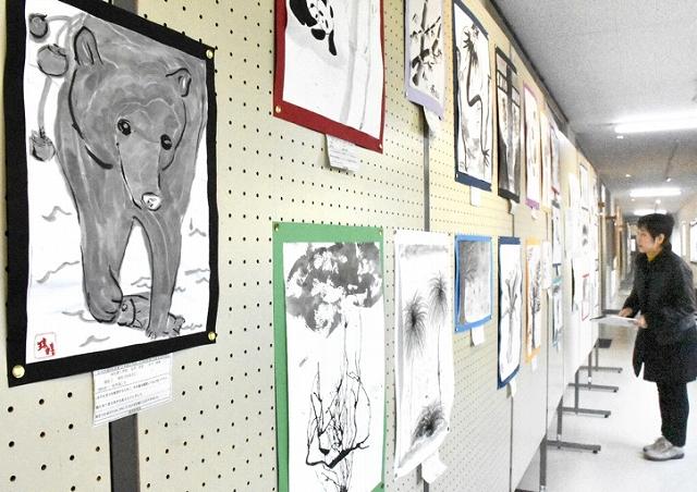 福井県内の児童生徒が描いた墨絵などの作品が並ぶ展示会=1月30日、福井県坂井市の県教育博物館
