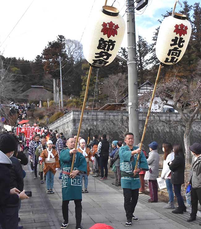 常楽寺から北向観音に向かうお練りの行列=上田市