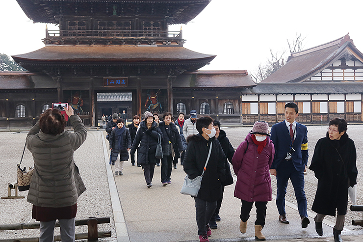 境内を見て回る愛知県からのツアー客=国宝瑞龍寺