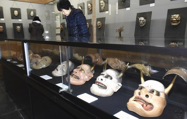 「写し」の技術を追求した新作能面=2月4日、福井県池田町能面美術館