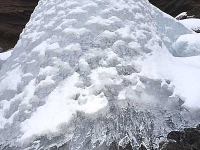 厳冬に姿現す氷の彫刻 南牧の千ケ滝、裏側にはつらら