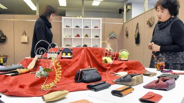 手作りの革小物が並んだ作品展=2月5日、福井県敦賀市本町2丁目のげんでんふれあいギャラリー