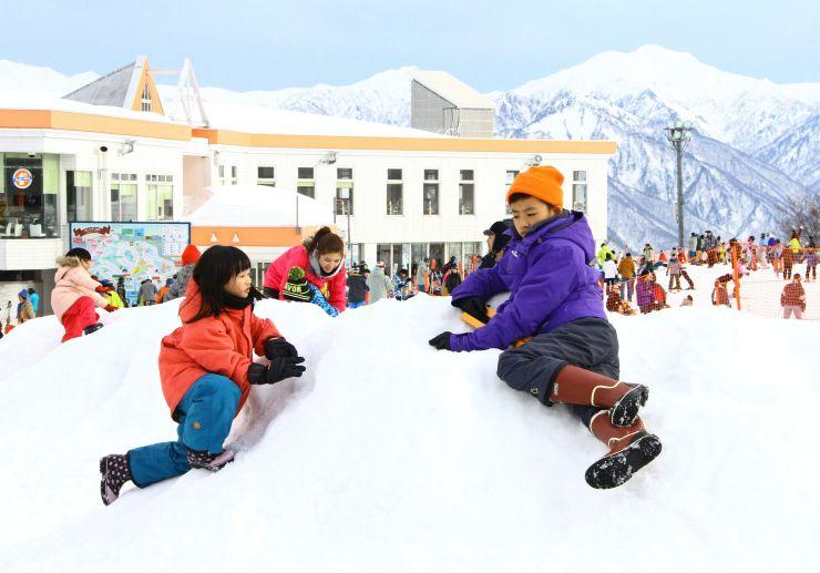 春節の休暇でガーラ湯沢スキー場を訪れ、雪遊びを楽しむ外国人観光客ら=6日、湯沢町