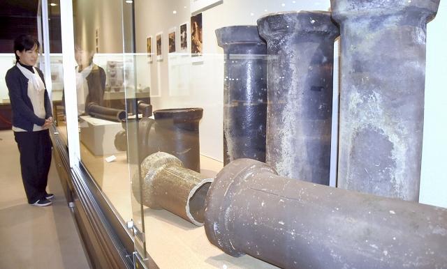 明治から昭和にかけて作られた土管が並ぶテーマ展=福井県越前町小曽原の県陶芸館