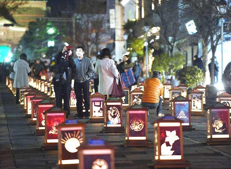 長野灯明まつりが始まり、さまざまなデザインの灯籠が中央通りを彩った=6日午後6時56分、長野市