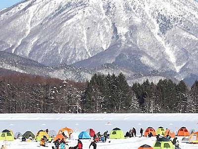 氷上彩るワカサギ釣り 飯綱町・霊仙寺湖