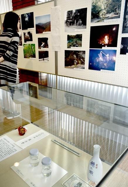 「お水送り」の写真や、ゆかりの品々を展示しているエントランス展=2月7日、福井県小浜市の県立若狭歴史博物館