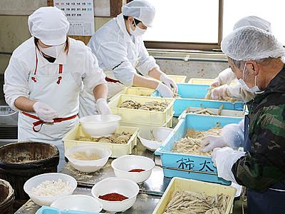 こんか漬けの仕込み丁寧に 氷見・柿太水産