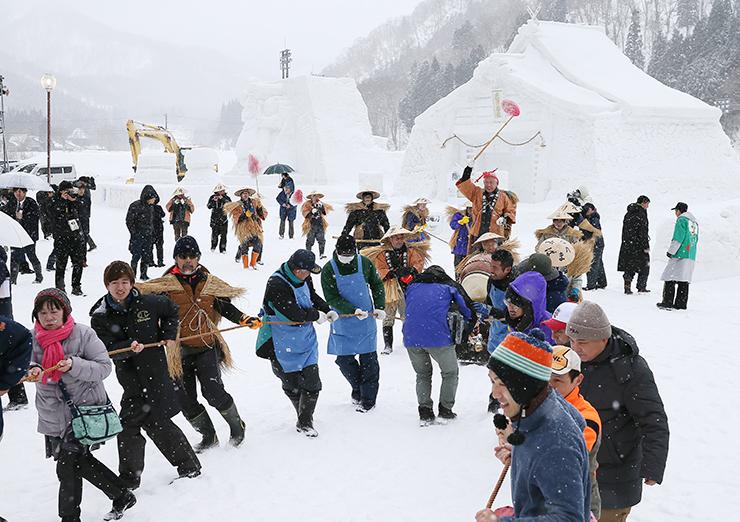 来場者も参加して行われた丑曳き=利賀国際キャンプ場