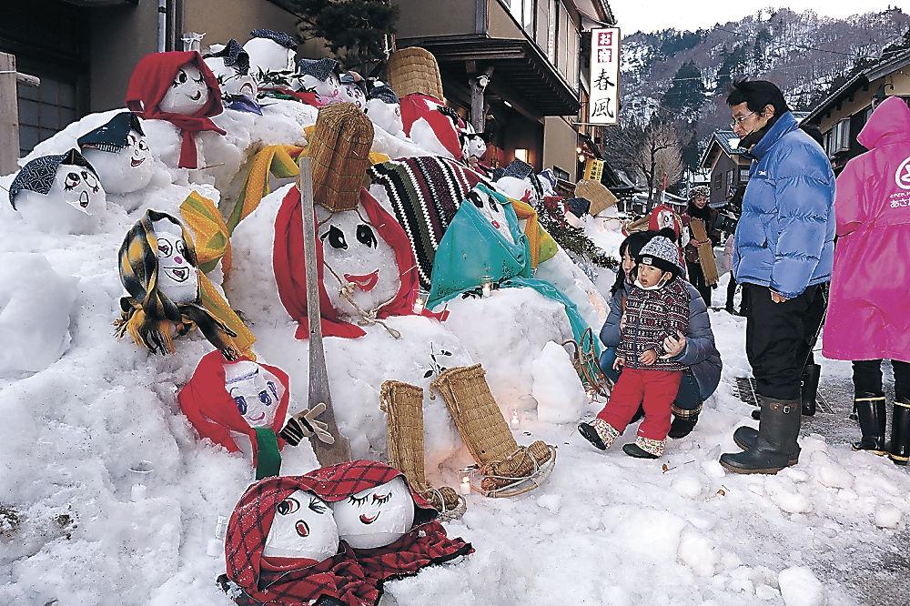 住民が趣向を凝らして手作りした雪だるま=白山市白峰