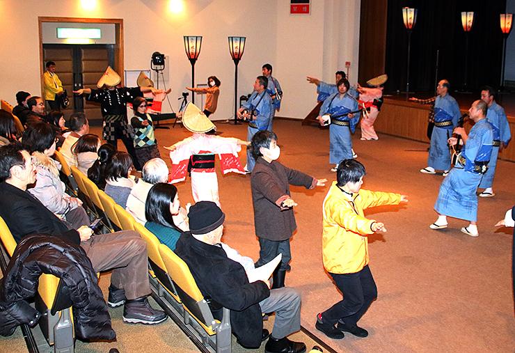 県民謡越中八尾おわら保存会のメンバーと輪踊りを楽しむ来場者