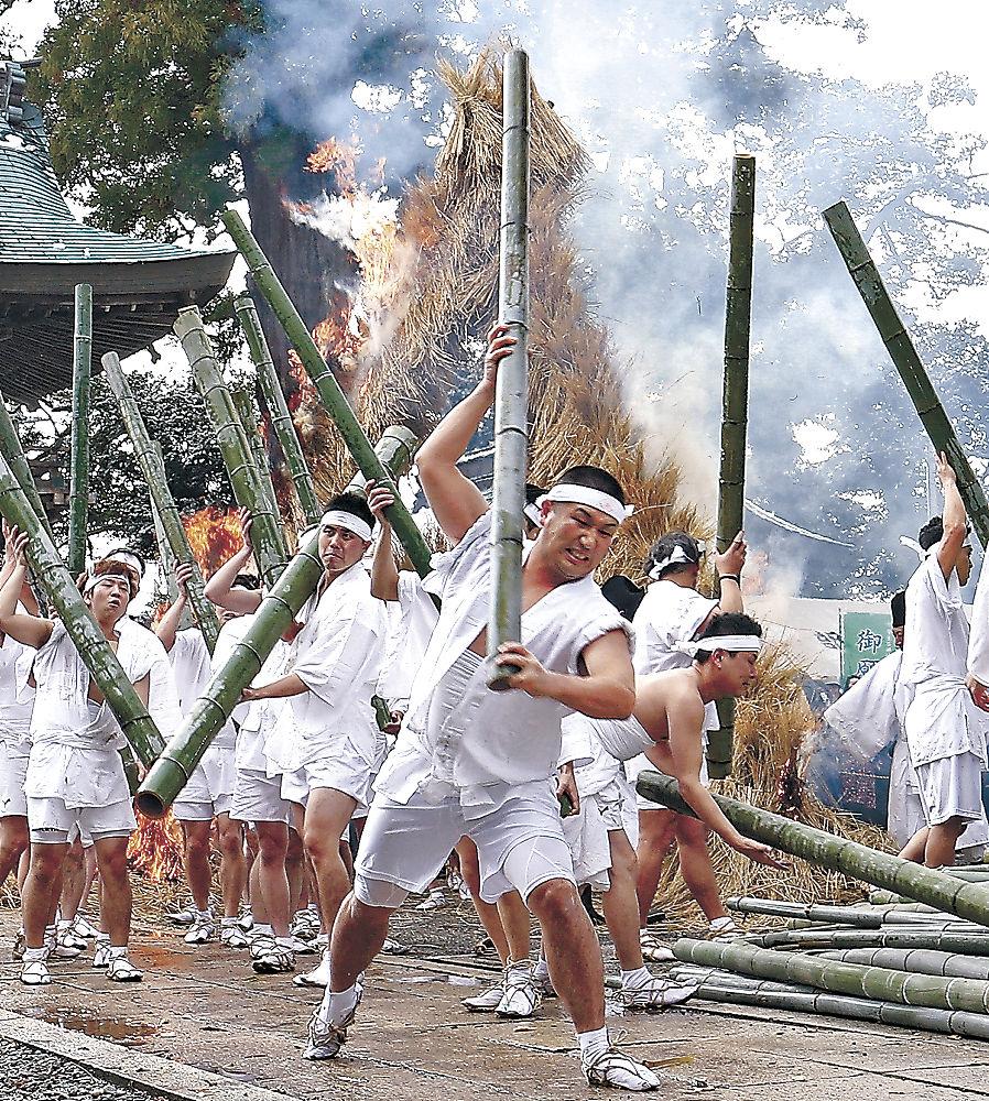 青竹をたたき割る若衆=加賀市大聖寺敷地