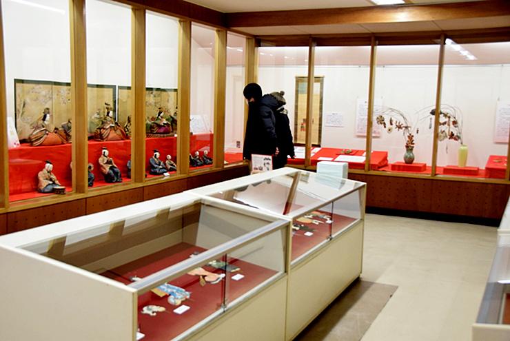 特徴の異なるひな人形を見比べることができる展示会場