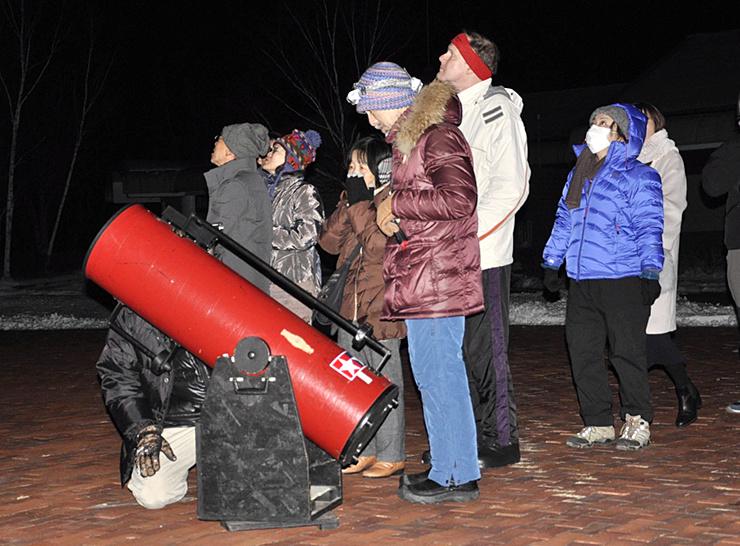 「英語で星空観望会」に参加し、夜空を見上げる外国人ら