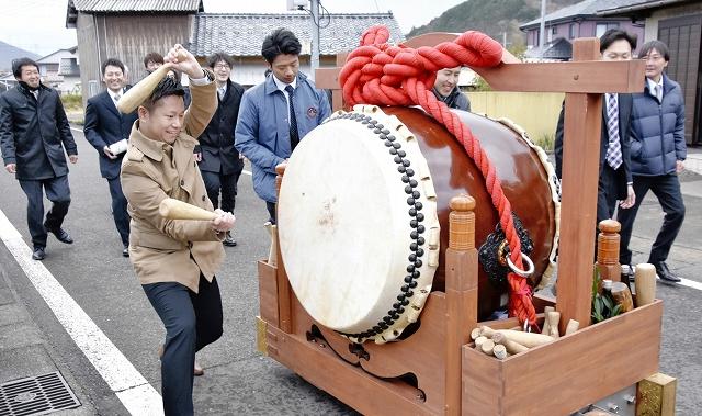 太鼓を打ち鳴らしながら宿元に向かう東部若連中=2月10日、福井県高浜町薗部