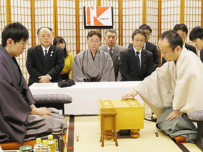 渡辺連勝、7連覇へ王手 魚津で棋王戦第2局