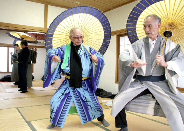 「しおざわ雪譜まつり」で上演する歌舞伎で盗賊役を練習する参加者=南魚沼市塩沢