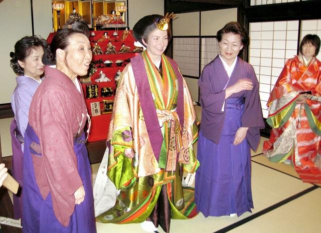 外国人が平安時代の装束の着付けを体験したツアー=2月11日、福井県越前町の越前古窯博物館