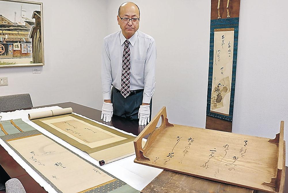公開される「加賀の千代女」直筆の文台と軸=白山市千代女の里俳句館