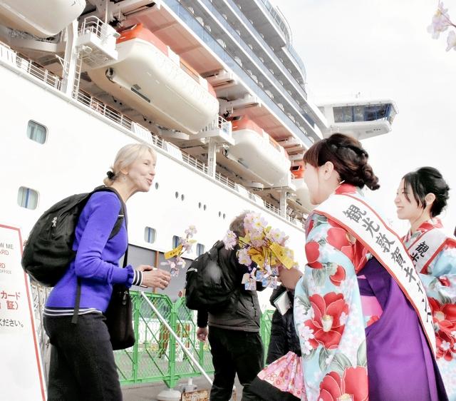 福井県敦賀港に寄港し、歓迎を受けるダイヤモンド・プリンセスの乗客=2018年4月17日