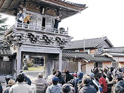 団子拾い集め、幸福願う 輪島・蓮江寺で「犬の子まき」