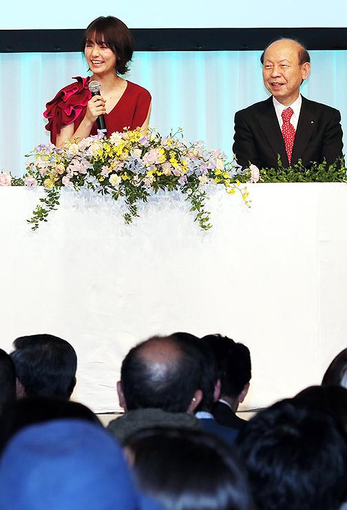 石井知事と「富富富」の魅力について話す木村さん(左)=ANAクラウンプラザホテル富山
