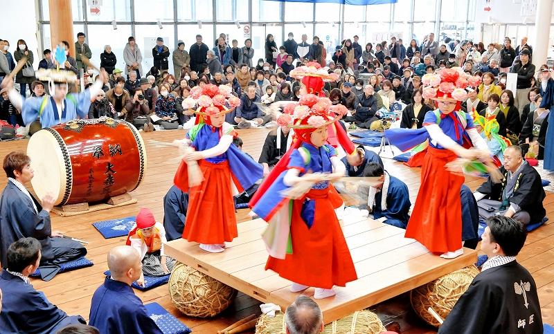 色鮮やかな衣装の子どもたちが「ささら」などの舞を奉納した睦月神事=2月17日、福井県福井市大森町の睦月神事会館