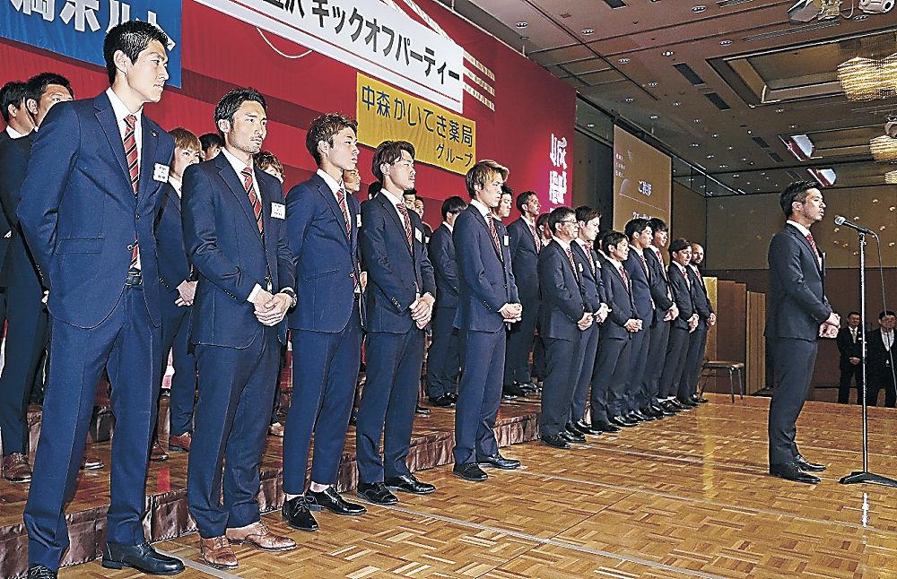 闘志満々の顔を見せるツエーゲン金沢の選手=金沢市内のホテル