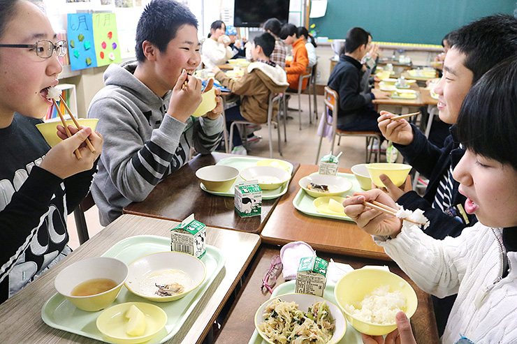 給食に出された富富富のご飯を頬張る児童=富山市堀川小学校