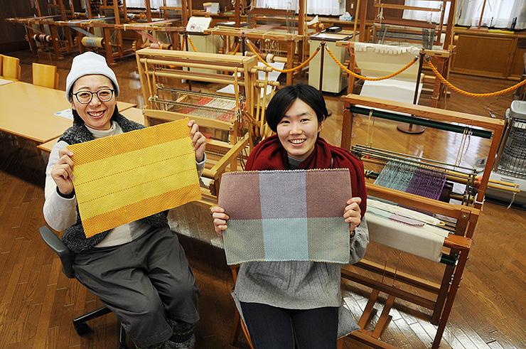 新たに体験できる織機で作ったランチョンマットを手にするスタッフ