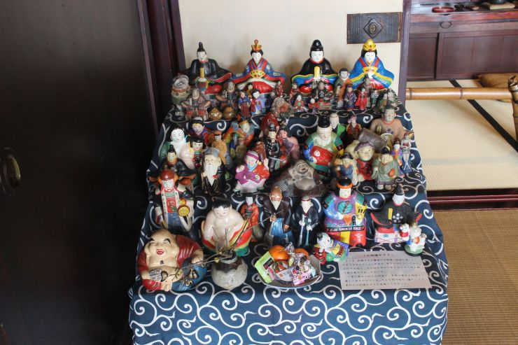昔の関川村の一般家庭で、桃の節句に合わせて飾っていた「土人形」が渡辺邸で展示されている=関川村下関